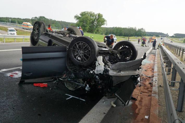 Der Pkw überschlug sich mehrfach und blieb dann auf der linken Fahrspur auf dem Dach liegen
