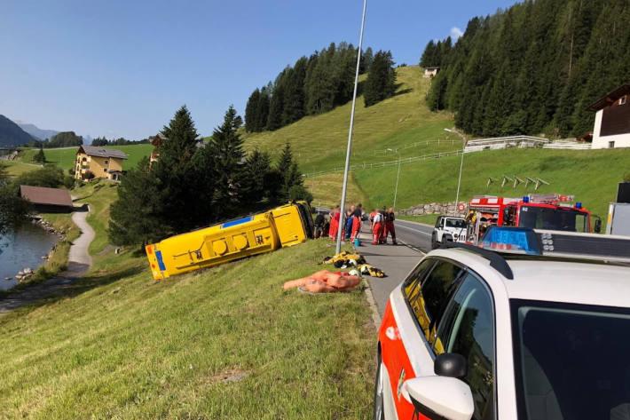 Tanklastwagen kippt auf Seite in Davos