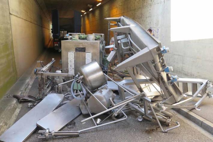 Das Ladegut wurde von der Ladebrücke gerissen und blieb auf der Fahrbahn liegen