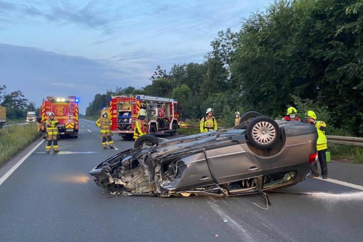 Verkehrsteilnehmer blockieren Rettungsgasse für Feuerwehr nach schwerem Unfall auf der A46