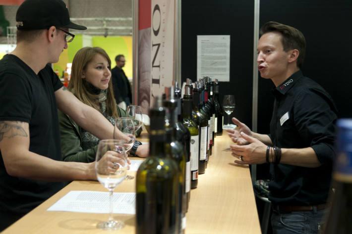 Besucher können Wein degustieren