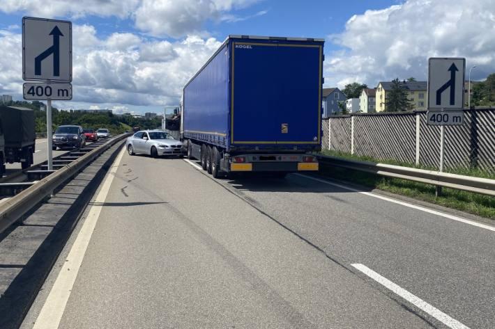 In Schaffhausen kam es zu einem Unfall zwischen einem Sattelmotorfahrzeug und einem Auto.