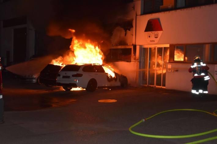 In Olten SO brannten diese Nacht zwei Fahrzeuge aus.