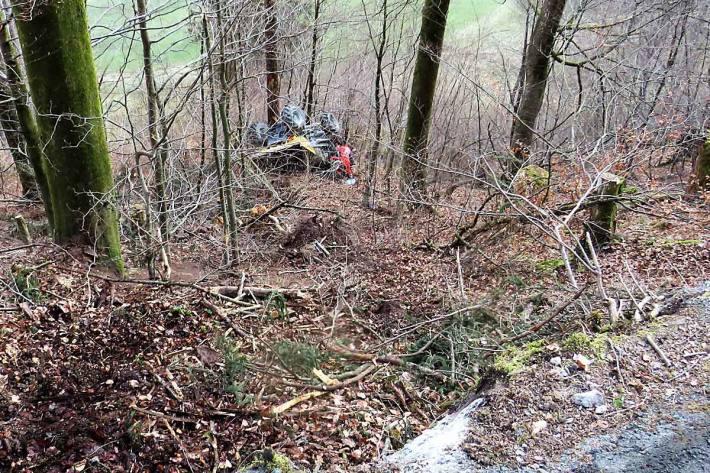 Das Fahrzeug rutschte, überschlug sich in Schwanden im steilen Abhang und kam rund 30 Meter unterhalb der Strasse an einem Baum zum Stillstand
