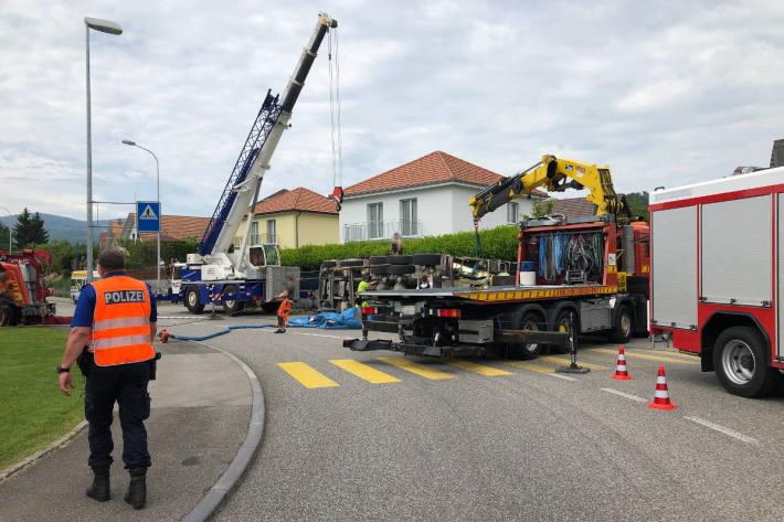 Fahrmischer bei Selbstunfall gekippt in Boningen
