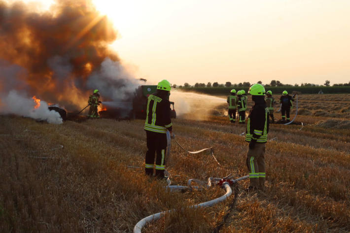 Landwirtschaftliche Maschine brennt auf Stoppelfeld bei Kievelberg