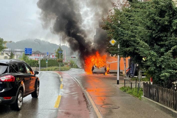In Herisau AR fing heute ein Auto zu brennen an.