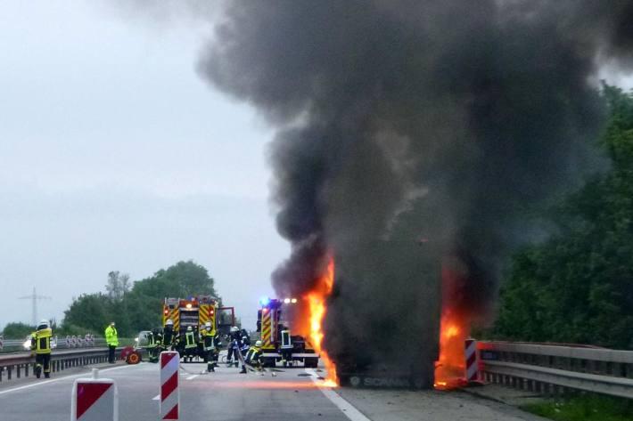 Die Polizei geht in Gensingen an Auflieger und Ladung von einem Totalschaden und einem technischen Defekt für die Entstehung des Brandes aus