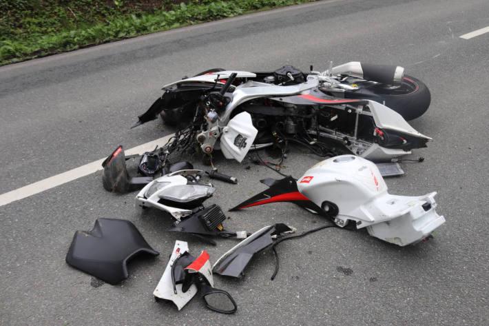 Motorradfahrer stürzt auf der Landstraße bei Bad Driburg