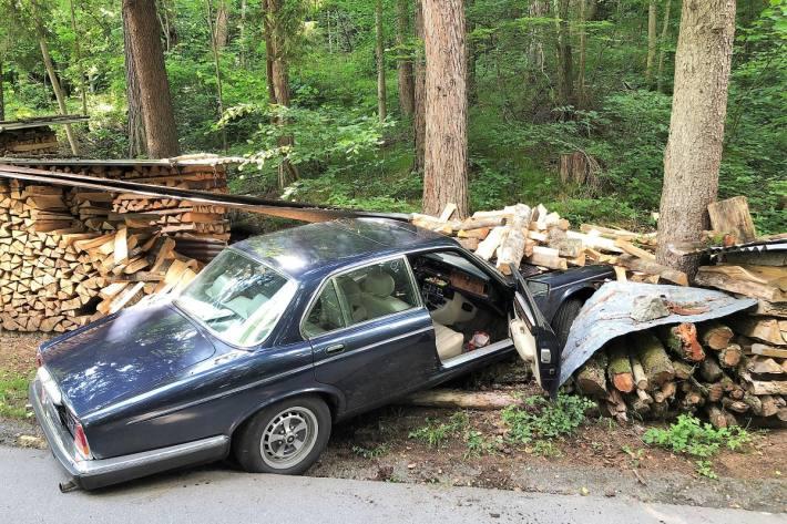 In Näfels GL ist gestern ein Jaguar nach einer Kollision verunfallt.