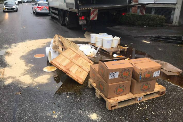 Honig fiel auf die Strasse.
