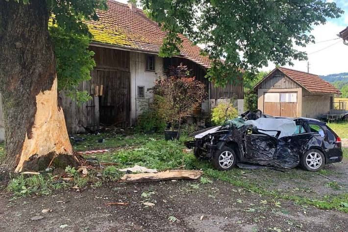 Bei einem Verkehrsunfall ist in Mönchaltorf der Fahrzeuglenker tödlich verunglückt