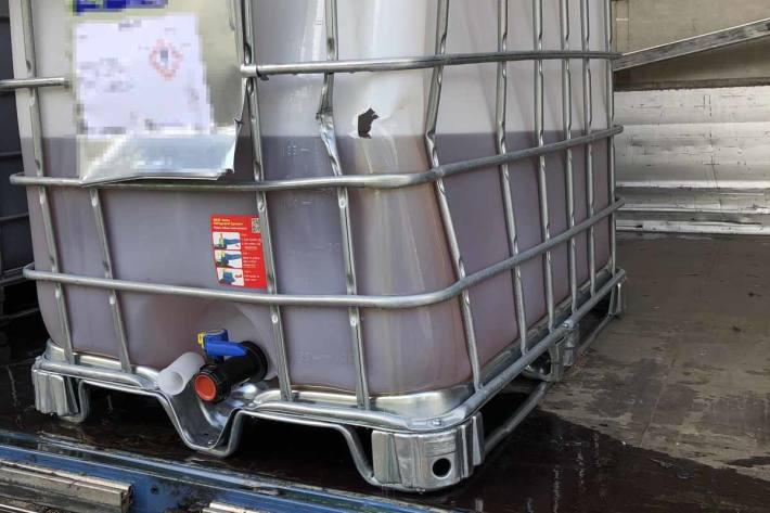 Gestern ist der Kantonspolizei St.Gallen ein Lastwagen gemeldet worden, der Flüssigkeit aus seiner Ladung verliert