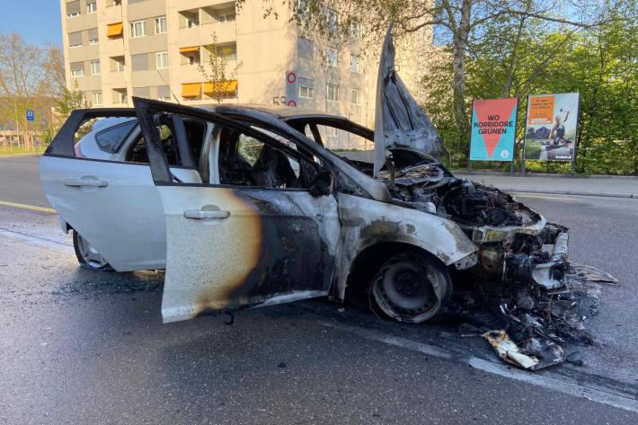 Fahrzeug nach Unfall in Brand geraten in Wettingen
