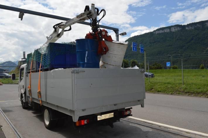 In Stans NW wurde ein massiv überladener Lieferwagen auf der A2 von der Polizei gestoppt.