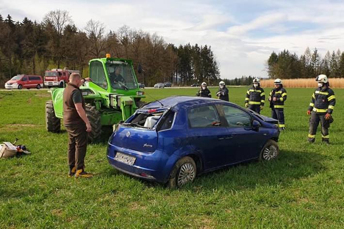 Die Frau konnte selbständig aus dem total beschädigten Fahrzeug leicht verletzt aussteigen