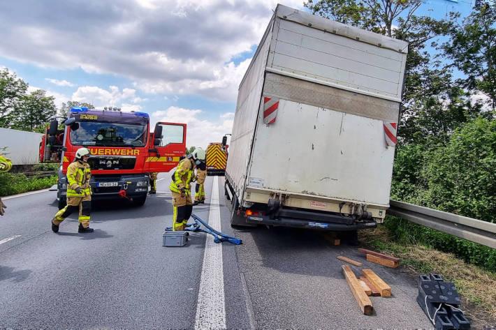 LKW verliert Hinterreifen auf Autobahn – Fahrzeug droht umzustürzen
