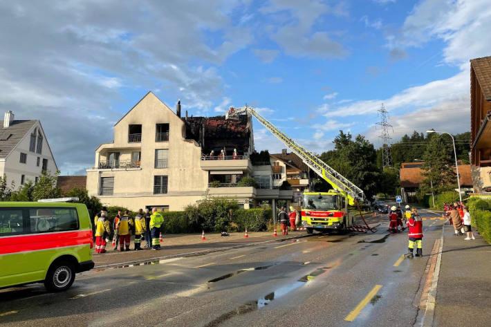 Einsatzkräfte der Feuerwehr bei der Brandbekämpfung in Obfelden