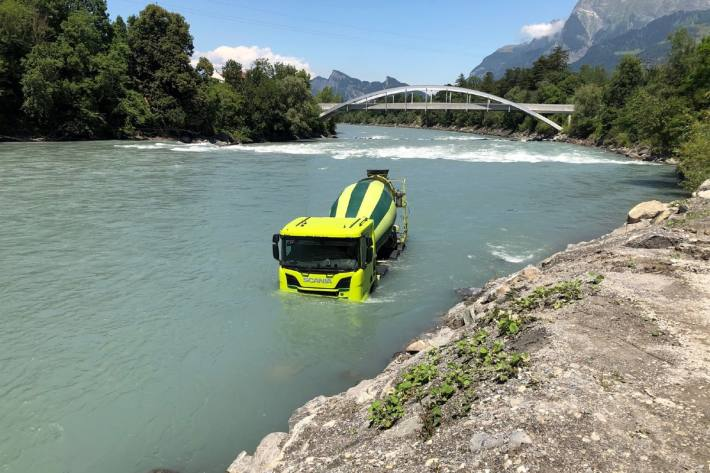 Der Lastwagen rollte in Maienfeld in den Rhein.