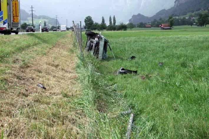 Verletzte Person nach Selbstunfall auf Autobahn in Heiligkreuz
