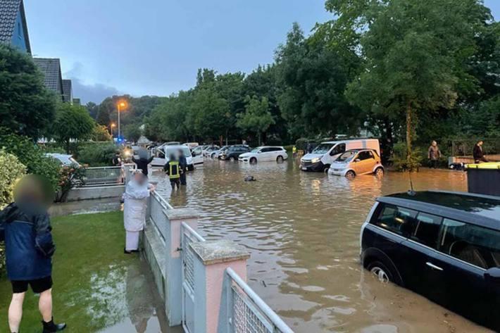 In Erkrath standen ganze Straßenzüge vollständig unter Wasser, die Häuser mussten teilweise mithilfe von Booten von der Feuerwehr evakuiert werden