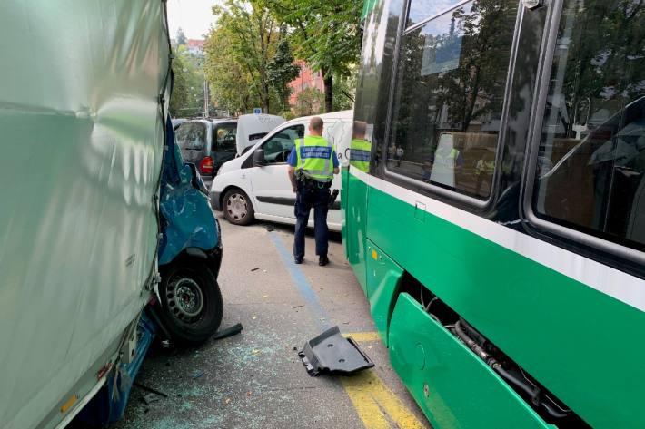 In Basel kam es heute zu einem Unfall zwischen einem Tram und einem Lieferwagen.