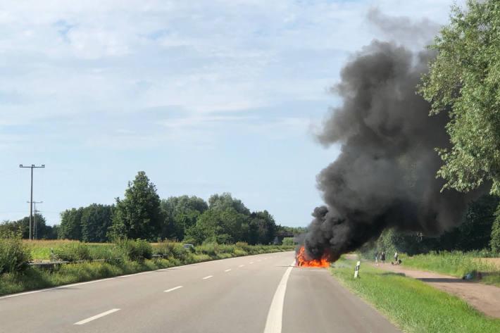 Auto auf der B9 bei Jockgrim ausgebrannt