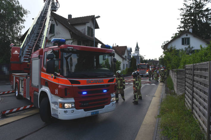 Löscharbeiten am brennenden Einfamilienhaus in Rapperswil-Jona