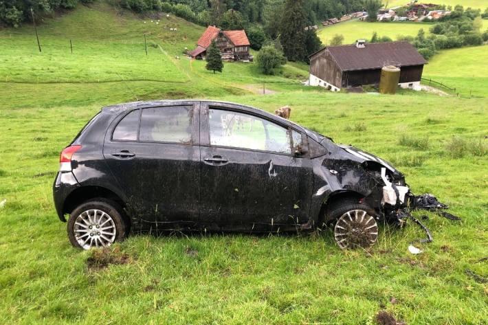 Die Autolenkerin verunfallte in Enggenhütten nach Ablenkung mit dem Auto.
