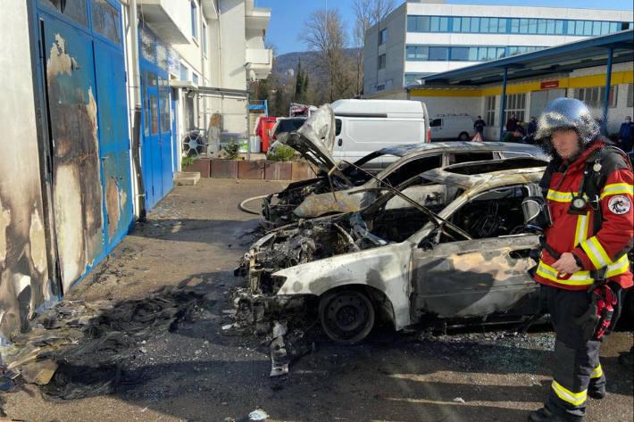 Zwei Fahrzeuge auf Garagenvorplatz komplett ausgebrannt in Aesch BL