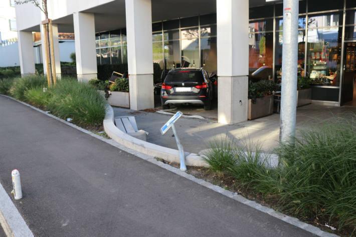 Der BMW landete in der Gartenterrasse des Restaurants.