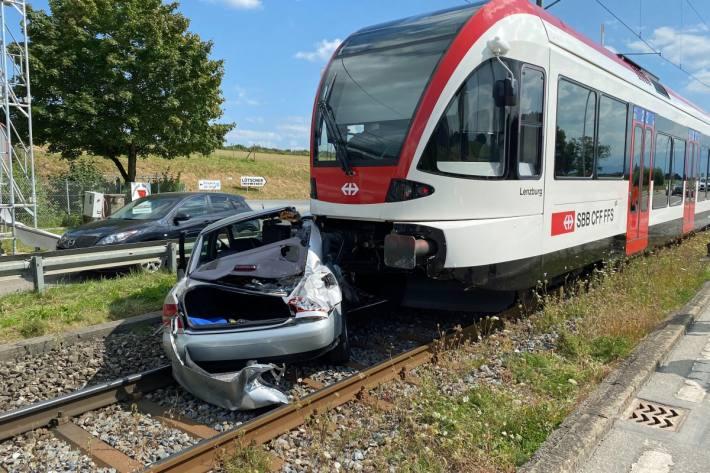 In Ballwil LU ist heute ein Zug mit einem Auto zusammengestossen.