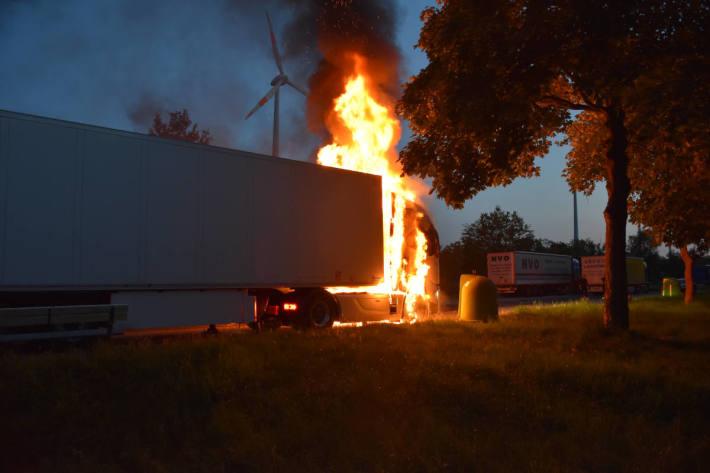 Brand eines Sattelzuges auf Parkplatz der A28