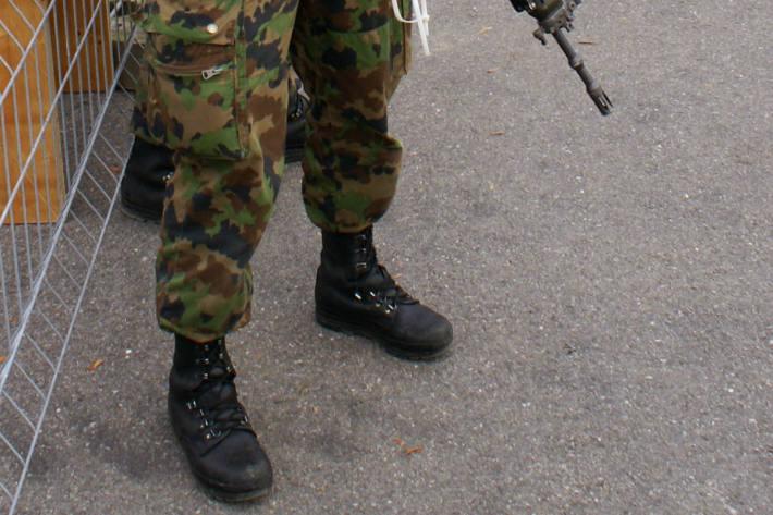In Villach bedrohte ein Grundwehrdiener in einer Kaserne seinen 21-jährigen Zimmerkameraden mit einer Pistole (Symbolbild)