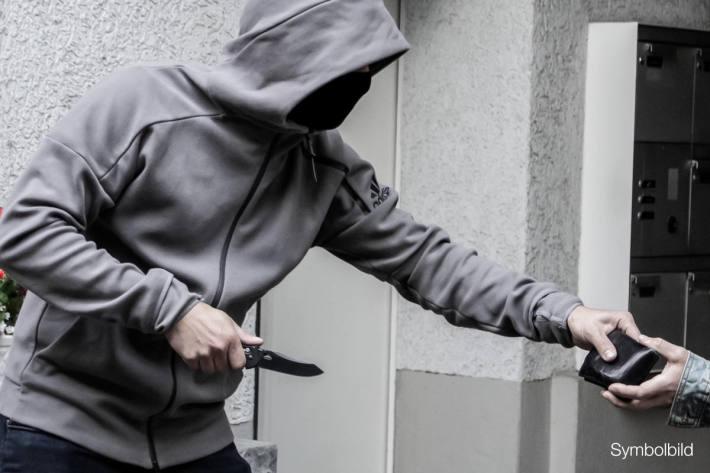 Räuber flüchtet nach Überfall auf 19-Jährige