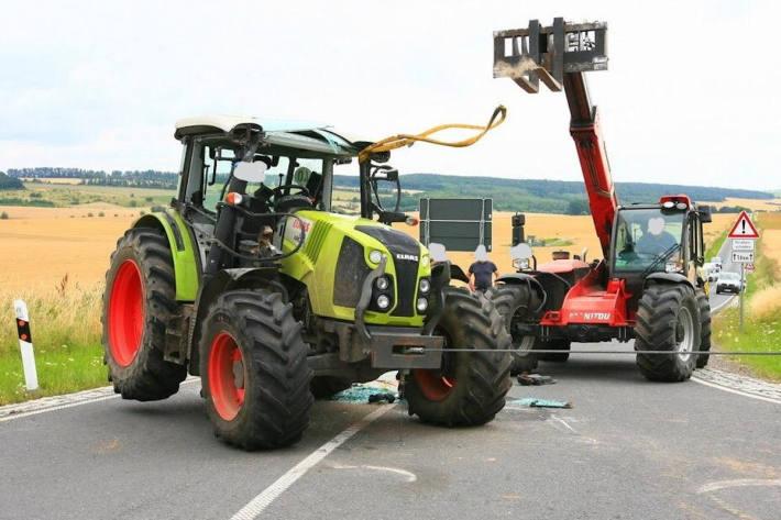 Traktor zur Seite gekippt, Fahrer verletzt