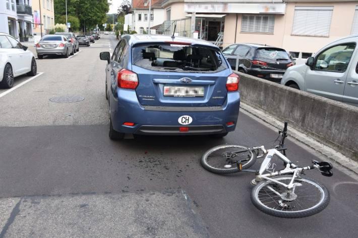 In Wil SG kam es zu einer Kollision zwischen einem Velo und einem Auto.
