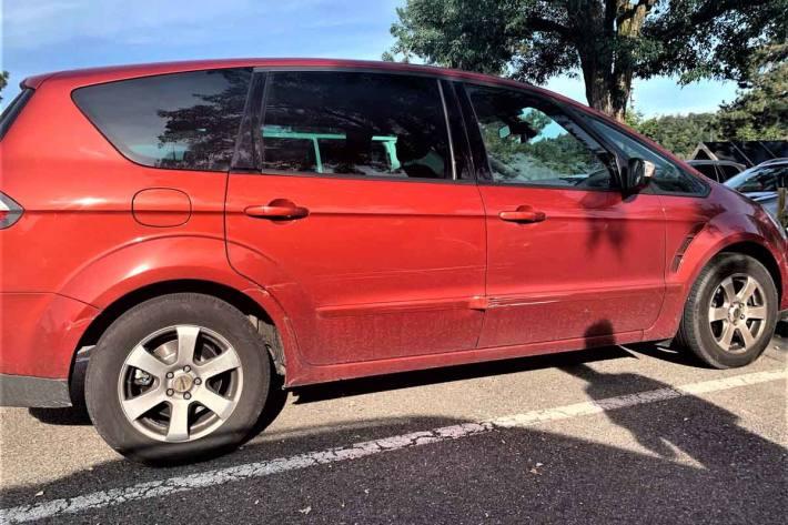 In Schaffhausen hat eine Täterschaft ein parkiertes Auto  beschädigt und sich in der Folge pflichtwidrig von der Unfallstelle entfernt