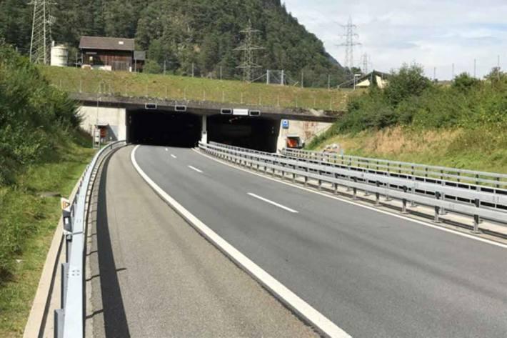 Taubachtunnel auf der A2 zwischen Erstfeld und Amsteg für den Verkehr gesperrt