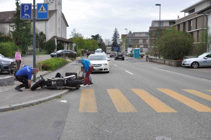 Die Rega musste den verletzten Motorradlenker in Kriegstetten SO bergen.
