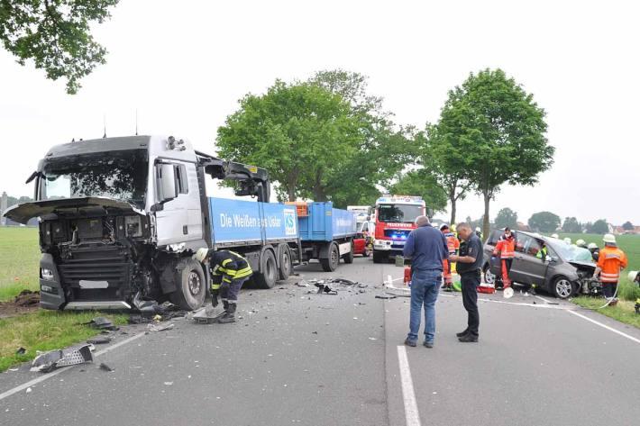 Der Fahrer des PKW erlitt schwere Verletzungen und kam ins Krankenhaus