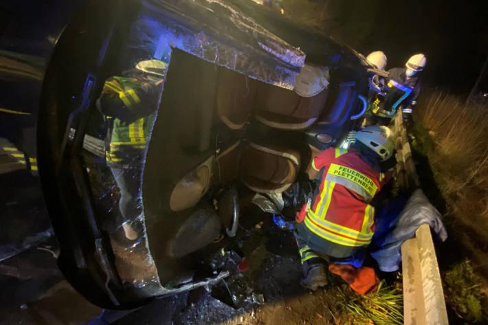 Feuerwehr rettet schwer Verletzte aus Fahrzeug bei Plettenberg