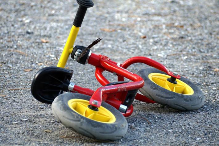 Das Kind wurde in Höfnerberg vom Fahrrad geschleudert und kam in einer Wiese zum Liegen (Symbolbild)