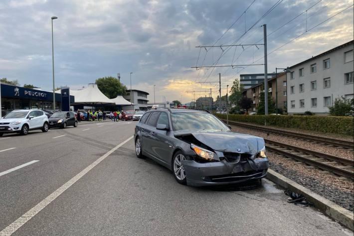 Zwei Personen verletzten sich heute bei einem Unfall in Muttenz BL.