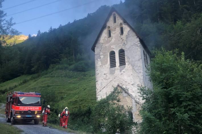 Zwei Jugendliche sollen gestern in der alten Kappelle in Linthal GL ein Feuer angezündet haben.