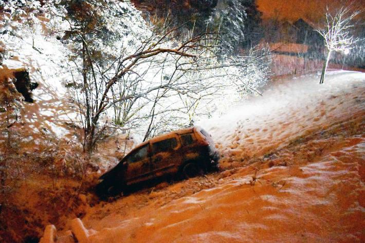 Mit dem Auto von der Strasse in Sempach gerutscht