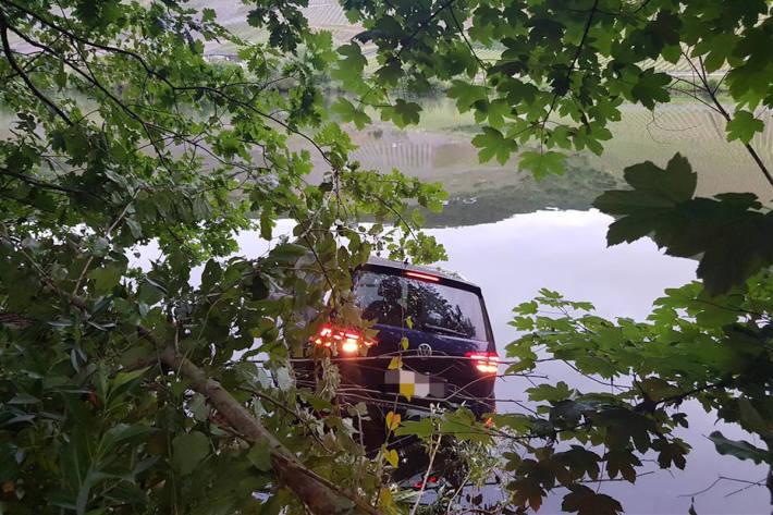 Unfallfahrzeug in der Mosel bei Bernkastel-Kues