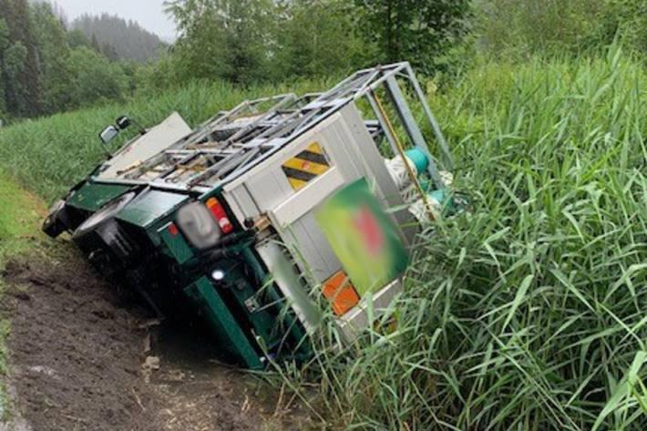 Der Lastwagen kippte heute auf die Seite. Der Unfall passierte in Zweisimmen.
