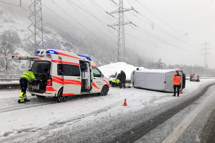 Lieferwagen schleudert und kippt auf Seite auf der A13 bei Chur