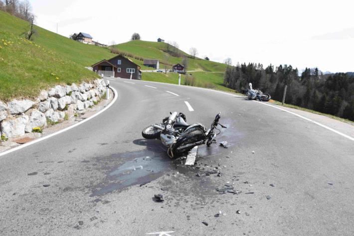 Frontalkollision zwischen zwei Motorräder bei Wattwil SG